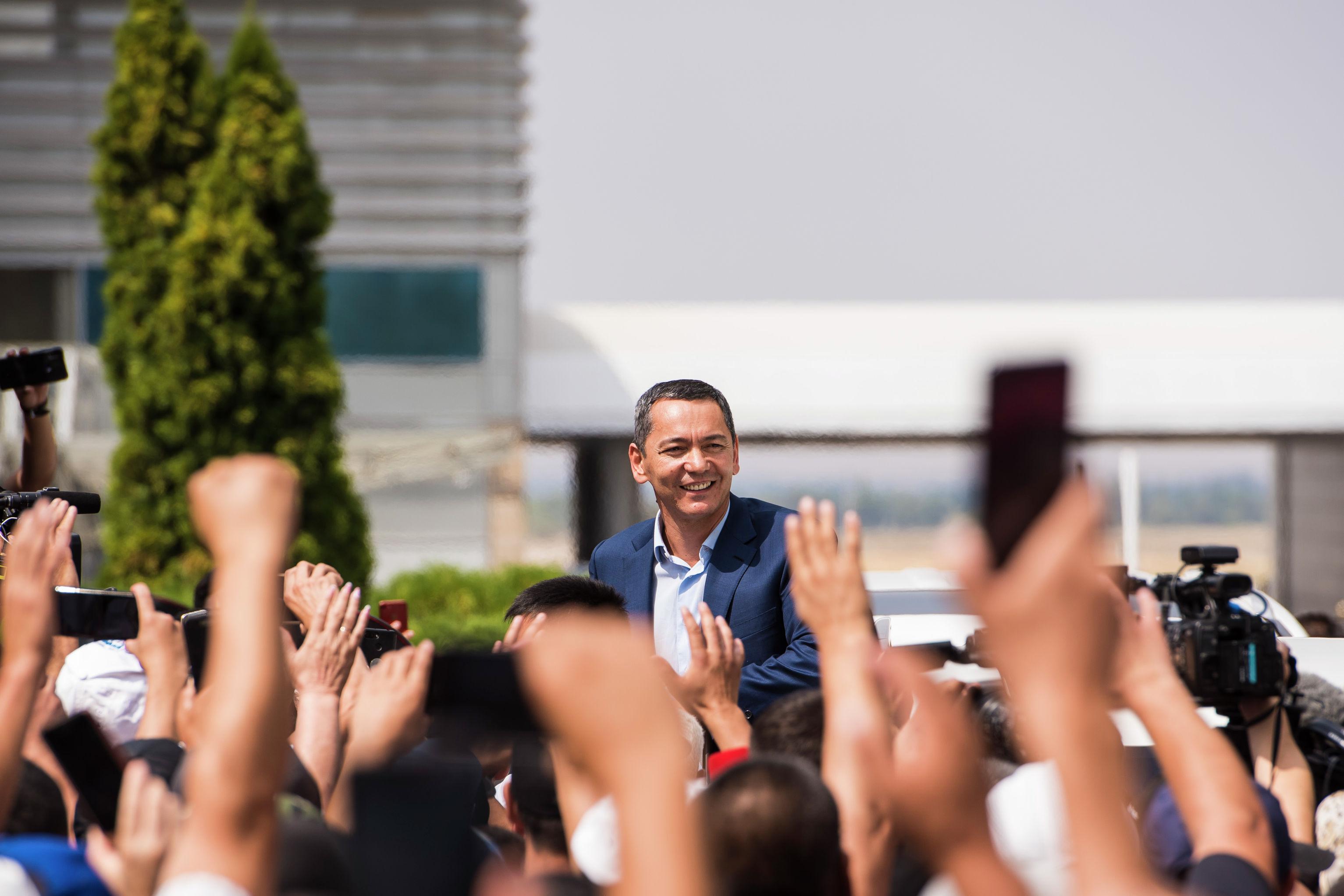 Экс-депутат ЖК Омурбек Бабанов в аэропорту Манас после прилета из Москвы