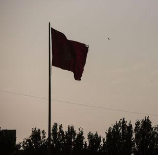 Из-за сильного ветра порвался флаг Кыргызской Республики на площади Ала-Тоо в Бишкеке