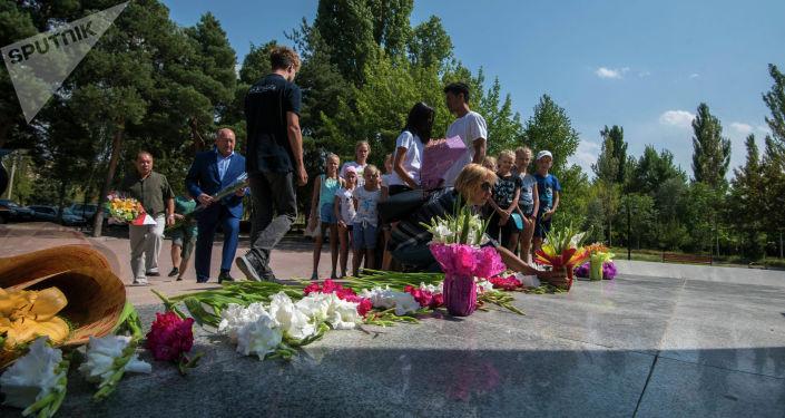Юные спортсмены из Санкт-Петербурга почтили память блокадников Ленинграда, возложив цветы к памятнику в парке Победы имени Даира Асанова (Южные ворота) в Бишкеке