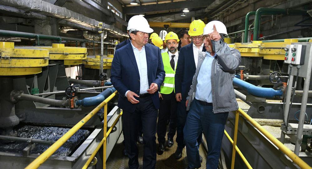 Премьер-министр Кыргызской Республики Мухаммедкалый Абылгазиев в рамках рабочей поездки в Джалал-Абадскую область ознакомился с горнодобывающим предприятием, разрабатывающее группу месторождений Терек, Тереккан и Перевальное.