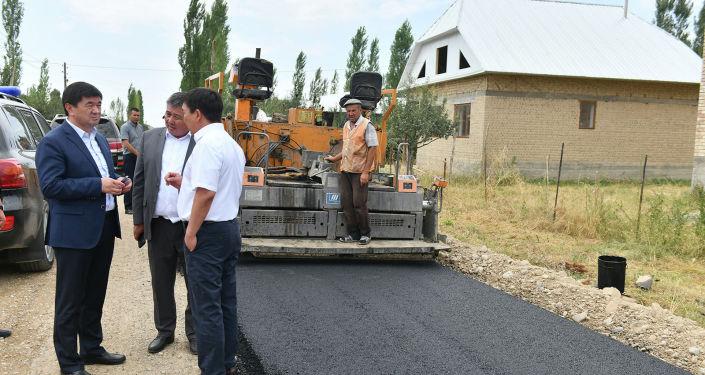 Премьер-министр Кыргызской Республики Мухаммедкалый Абылгазиев во время осмотра нового здания аэропорта в городе Кербен Аксыйского района.