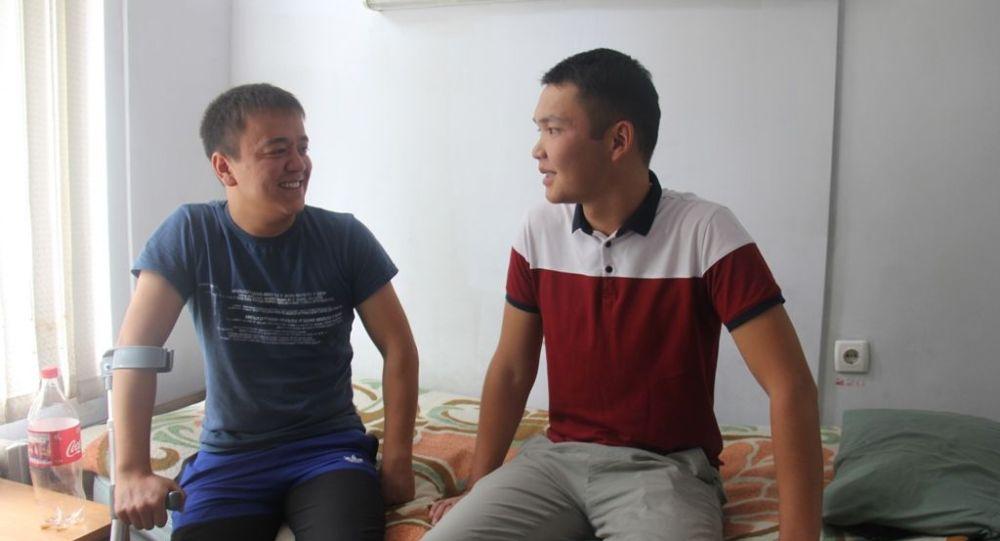 Председатель Государственной пограничной службы КР  полковник Уларбек Шаршеев встретился с пограничниками, получившими огнестрельные ранения во время инцидента на кыргызско-таджикском участке государственной границы 22-23 июля 2019 г.