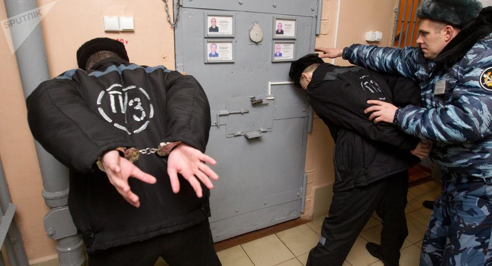 Сотрудник охраны участка для осужденных приговоренных к пожизненному лишению свободы исправительной колонии. Архивное фото