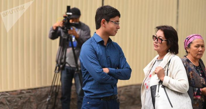 Супруга бывшего президента Алмазбека Атамбаева Раиса  Атамбаева с сыном Кадыром на судебном заседании по мере пресечения в отношении бывшего президента Алмазбека Атамбаева в ГКНБ