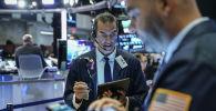 Трейдеры и финансовые специалисты работают на площадке Нью-Йоркской фондовой биржи (NYSE) на церемонии открытия 15 августа 2019 года в Нью-Йорке.