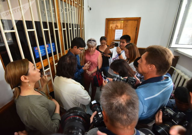 Супруга бывшего президента Раиса Атамбаева с сыном Кадыром и депутатом Ириной Карамушкиной у здания ГКНБ на судебном заседании по мере пресечения в отношении бывшего президента Алмазбека Атамбаева в ГКНБ