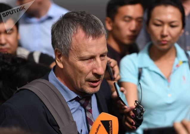Адвокат Сергей Слесарев у здания ГКНБ, где проходит судебное заседание по мере пресечения в отношении бывшего президента Алмазбека Атамбаева