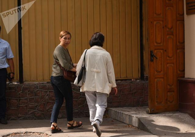 Раиса Атамбаева и Кундуз Жолдубаева у здания ГКНБ, где проходит судебное заседание по мере пресечения в отношении бывшего президента Алмазбека Атамбаева