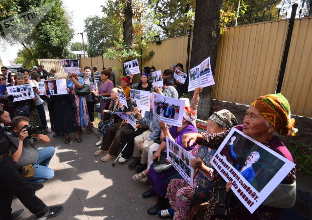 Сторонники бывшего президента с плакатами у здания ГКНБ, где проходит судебное заседание по мере пресечения в отношении бывшего президента Алмазбека Атамбаева
