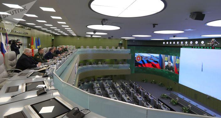 Президент РФ Владимир Путин наблюдает в режиме видеоконференции за пуском ракеты комплекса «Авангард» с гиперзвуковым планирующим крылатым боевым блоком в Национальном центре управления обороной РФ.