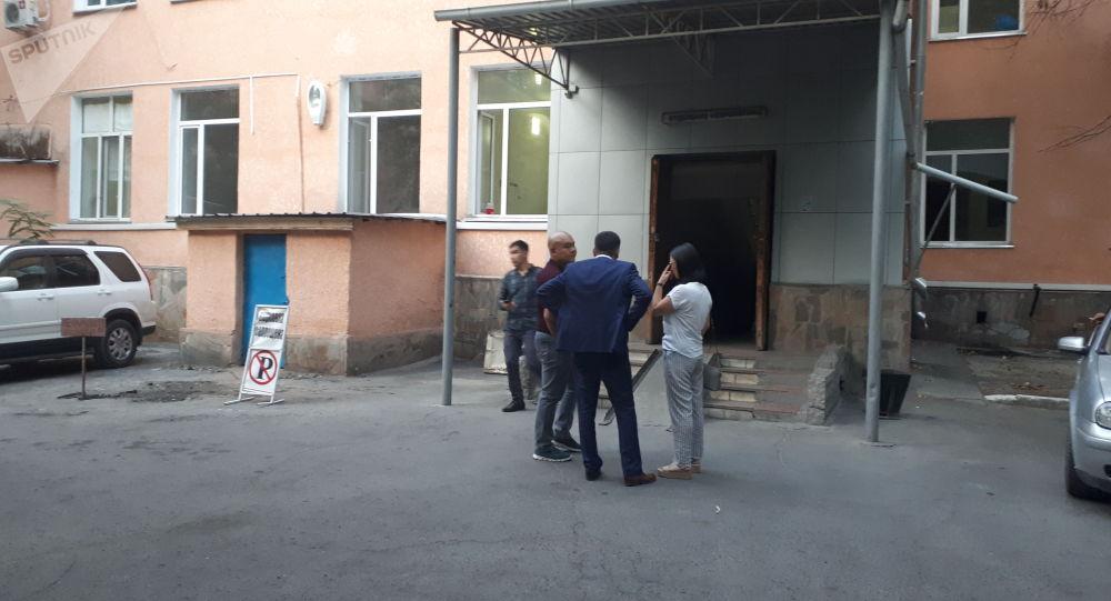 Супруга бывшего премьер-министра КР Сапара Исакова Малика Арстанбекова у здания Национального госпиталя, куда госпитализировали Исакова