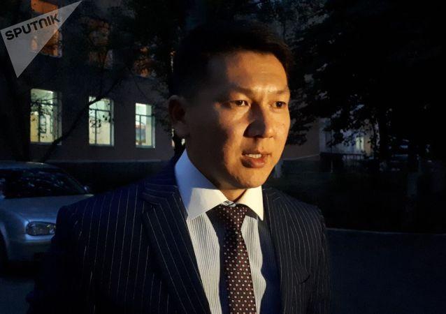 Адвокат бывшего премьер-министра КР Сапара Исакова Замир Жоошев у Национального госпиталя, куда госпитализировали  Сапара Исакова