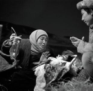 СССРдин эл артисти Бакен Кыдыкеева, Кыргыз улуттук академиялык драма театрынын актрисасы Раушан Сармурзина менен болочоктогу саясат таануучу Токтогул Какчекеевдин сүрөтү 1960-жылдардын башында тартылган