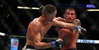Энтони Петтис наносит удар во втором раунде против Нейта Диаса во время их боя в полусреднем весе на UFC 241 в в Анахайме, штат Калифорния. 17 августа 2019 года