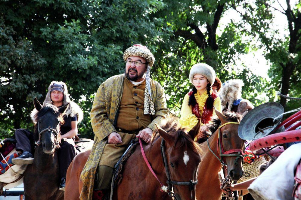 В Оше состоялся фестиваль туризма Ош Фест — 2019 с караваном Шелкового пути. В составе каравана были наездники на лошадях, верблюдах, яках, танцовщицы и актеры.