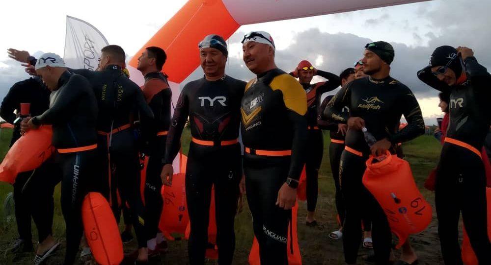Темир Сариев жана депутат Бактыбек Турусбеков Ысык-Көлдө сууда сүзүү боюнча өткөн Issyk-Kul Swim Challenge мелдешинде