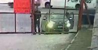 Камера наружного наблюдения зафиксировала необычный угон автомобиля, произошедший 1 августа перед зданием супермаркета в аргентинском городе Кордова.