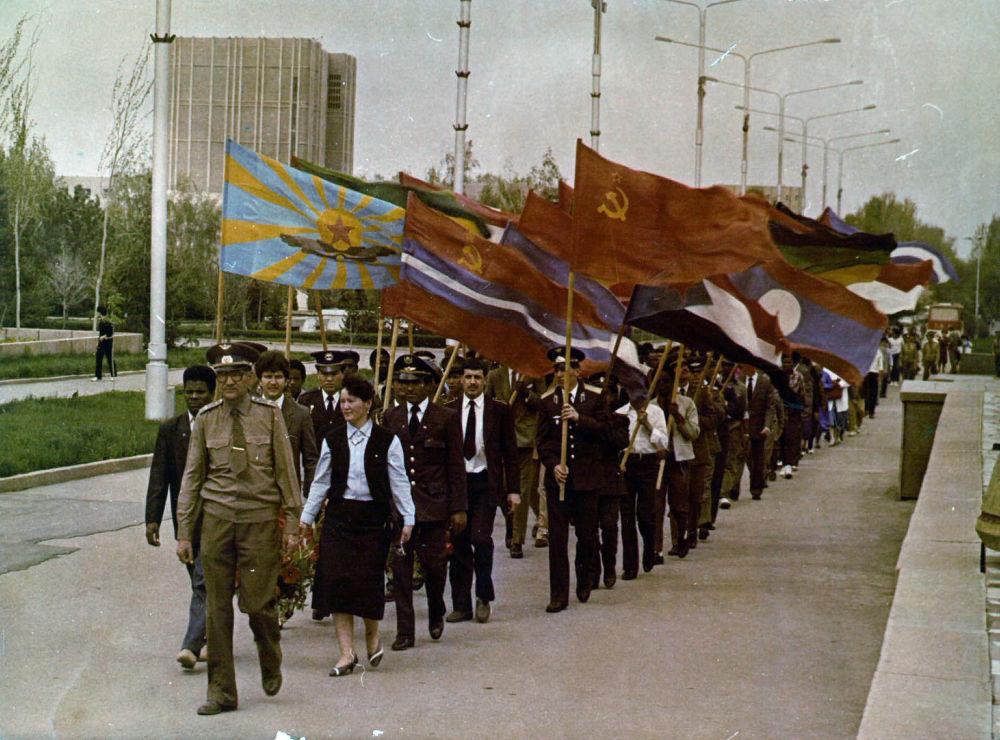 Слушатели и курсанты гарнизона Фрунзе-1 во главе с комиссаром Валимжаном Танырыковым идут на парад 9 Мая. 1982