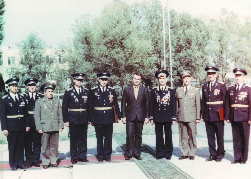 Комиссар Валимжан Танырыков с главкомом ВВС Венгрии. 1985 Военно-транспортная авиация Венгрии была создана в Токмакском гарнизоне. Однажды венгерские летчики нашли в Орловке своего репрессированного в 1930 году земляка-коммуниста и организовали ему материальную помощь.