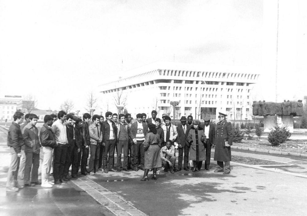 Курсанты 5 ЦК ПУАК возле Белого дома. Фрунзе. 1984 Курсантов часто привлекали к различным работам. Например, иностранные слушатели принимали участие в строительстве Белого Дома, их также можно было увидеть на сельскохозяйственных полях Советской Киргизии.