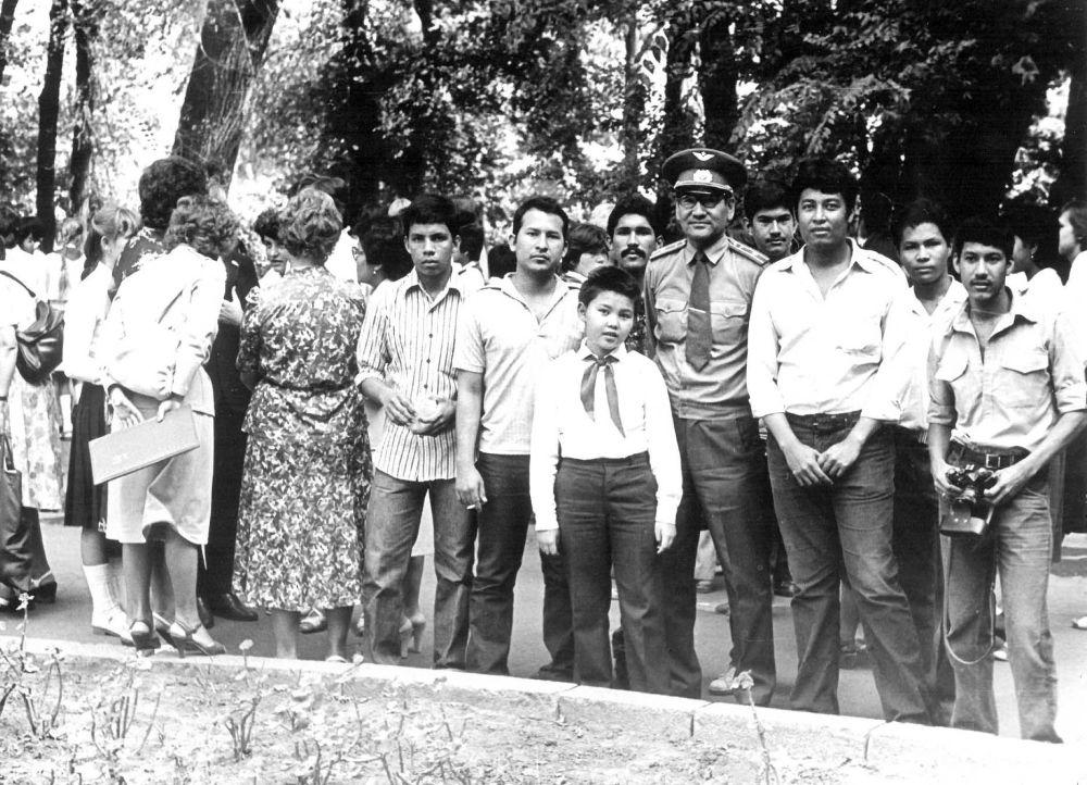 Никарагуанские курсанты с комиссаром Валимжаном Танырыковым в парке имени Панфилова. Фрунзе. 1985.г Никарагуанские слушатели и курсанты отличались сплоченностью и искренне верили в идеи Сандинсткой революции. Во Фрунзе они организовали вокально-инструментальный ансамбль. А комиссар Танырыков организовал им поездку в Ошскую область и где они выступали с концертом.