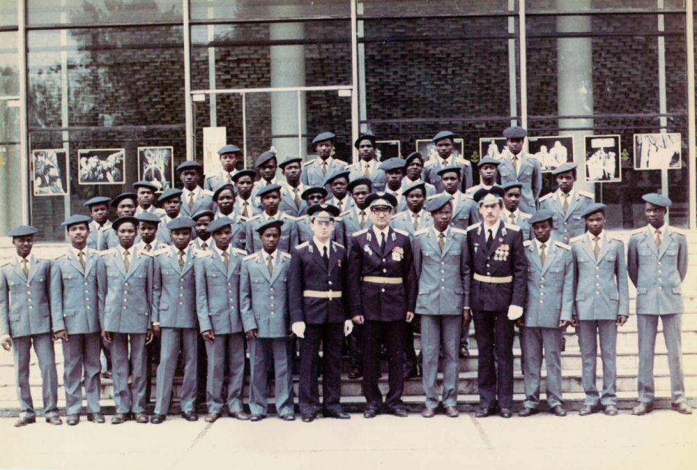 Мозамбикские слушатели и курсанты. Клуб гарнизона Фрунзе-1. 1980. В гарнизон Фрунзе-1 два раза приезжал президент Мозамбика Самора Машел. В 5 ЦК ПУАК также были обучены практически все военные летчики Намибии