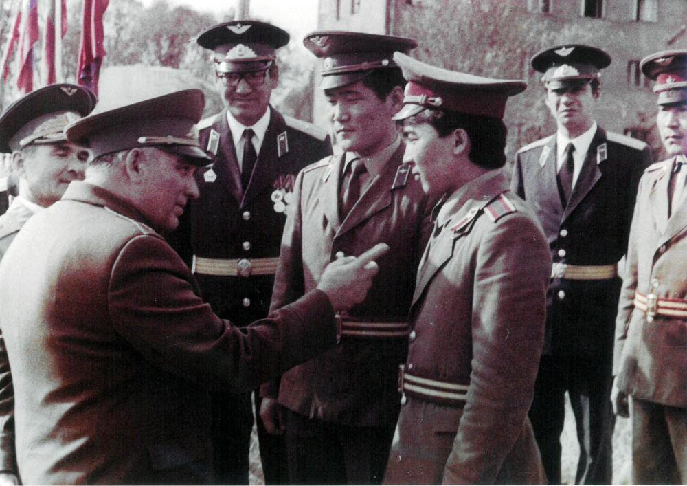 Герой Советского Союза Григорий Дольников с монгольскими курсантами в гарнизоне Фрунзе -1.Первый и единственный монгольский космонавт Жугдэрдэмидийн Гуррагча учился в гарнизоне Фрунзе-1. Он был министром обороны Монголии.