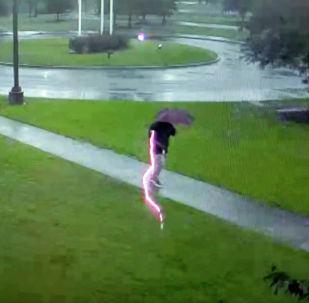 Житель штата Южная Каролина чудом выжил после того, как в него во время грозы ударила молния.