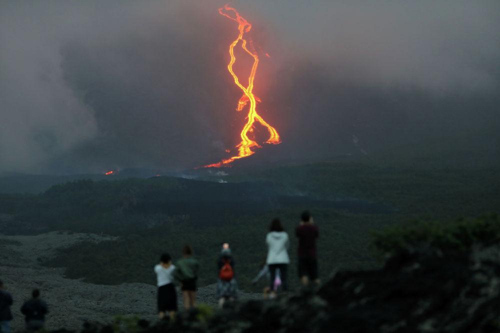 Извержение вулкана Питон-де-ла-Фурнез в Индийском океане