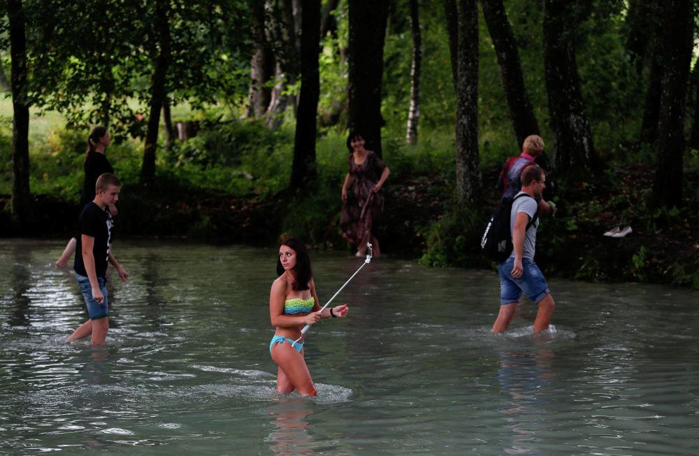 Паломники празднуют Медовый Спас, купаясь в водах Голубой криницы. Ежегодно к этому источнику в Беларуси приезжают тысячи верующих: его вода считается целебной.