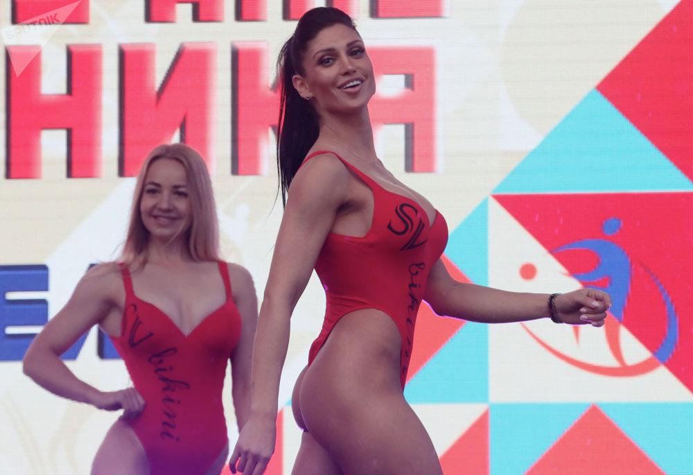 Девушки принимают участие в соревнованиях по бодифитнесу в рамках Дня физкультурника в Москве.