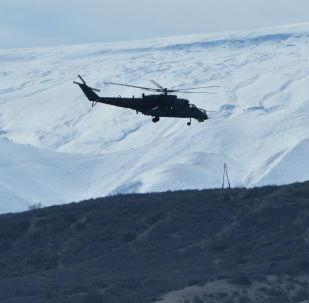 Вертолет летит на фоне гор. Архивное фото