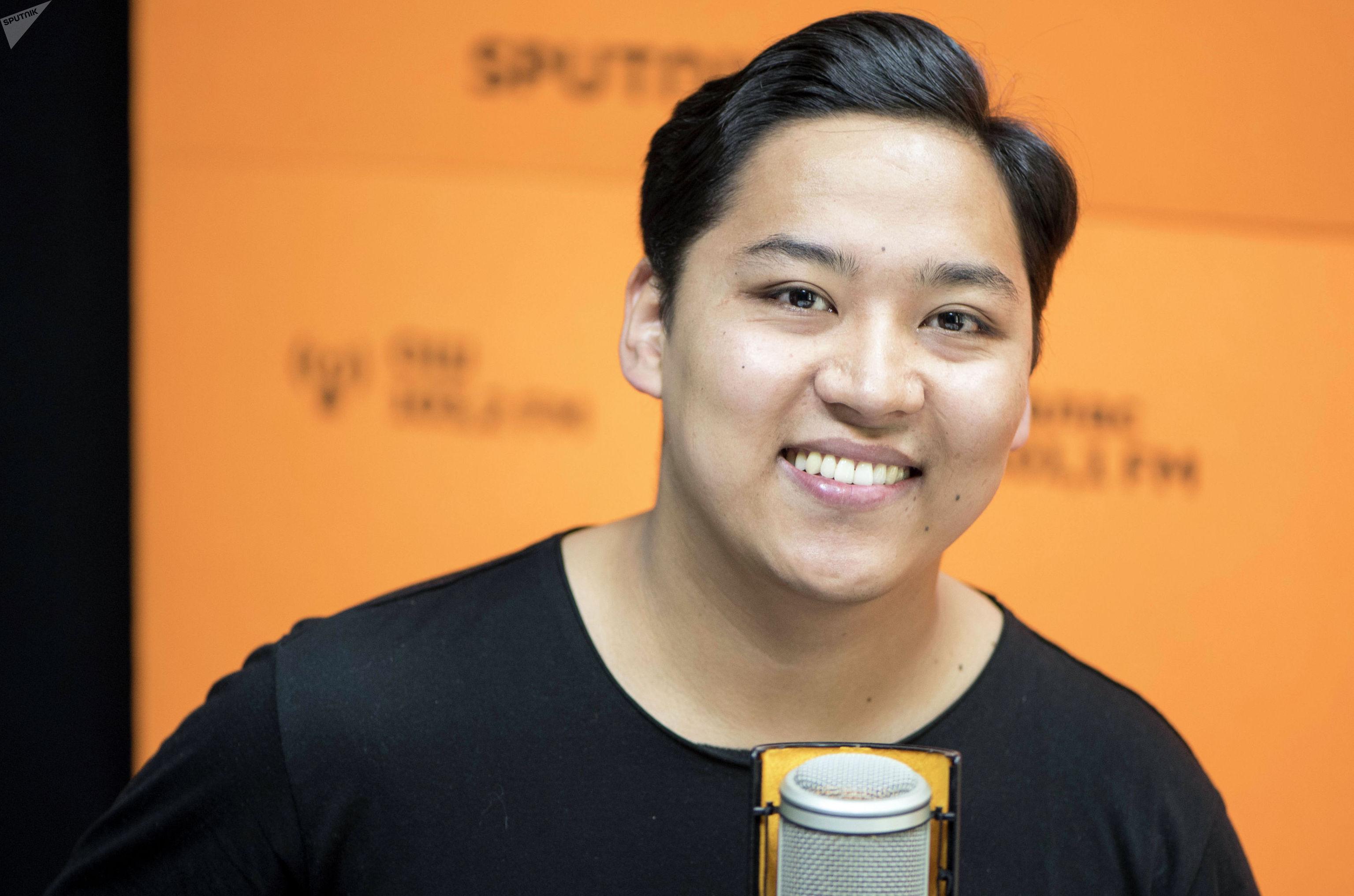 Автор и режиссер проекта Бишкек 140 Эрик Абдыкалыков во время беседы на радио