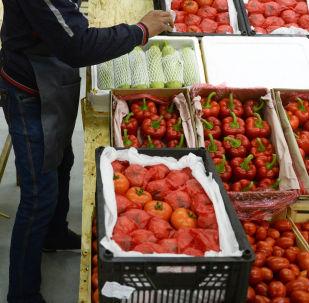 Овощи и фрукты в ящиках. Архивное фото
