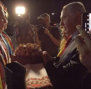 Израил премьеринин жубайы Киевде сунган нанды жерге таштап салды. Видео