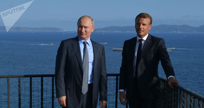19 августа 2019. Президент РФ Владимир Путин и президент Франции Эммануэль Макрон во время встречи в резиденции президента Франции Форт Брегансон.