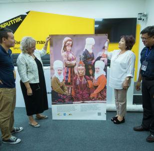 Sputnik Кыргызстан эл аралык маалымат агенттиги жана радиосу Улуттук баш кийимдер долбоорунун фото плакаттарын Улуттук тарых музейине өткөрүп берди