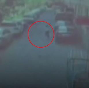 За миг до падения крыши женщине удалось убежать. Это попало на камеру наблюдения.