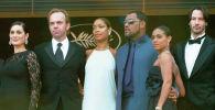 Актеры (слева направо) Кэрри-Энн Мосс,Хьюго Уивинг, Лоуренс Фишберн, Джада Пинкетт-Смит и Киану Ривз на премьере фильма Матрица. Перезагрузка в Каннах. 15 мая 2003 года