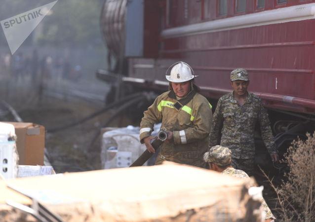 Сотрудники МЧС во время тушения крупного пожара на складе бытовой техники в западной части Бишкека
