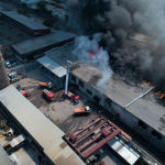 Вид с дрона на крупный пожар на складе бытовой техники в западной части Бишкека