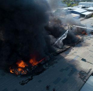 По последним данным, пламя тушат восемь пожарных расчетов с помощью тепловоза. Два человека госпитализированы с отравлением угарным газом. Редакция Sputnik Кыргызстан с помощью дрона сняла, как борются с пламенем.