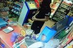 ГУВД Бишкека опубликовало видео попытки ограбления магазина в Бишкеке. Запись получена с камер видеонаблюдения и опубликована в Facebook.