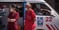 Сотрудники скорой медицинской помощи на месте крупного пожара на складе бытовой техники в западной части Бишкека