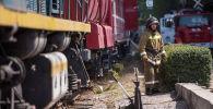 Сотрудник МЧС на месте крупного пожара на складе бытовой техники в западной части Бишкека