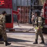 Сотрудники МЧС на месте крупного пожара на складе бытовой техники в западной части Бишкека