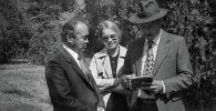 СССРдин эл артисти Сүймөнкул Чокморов менен СССРдин эл сүрөтчүсү Тургунбай Садыковдун бул сүрөтү 1980-жылдардын башында Фрунзе (азыркы Бишкек) шаарында тартылган