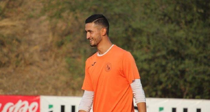 Вратарь бишкекского футбольного клуба Алга Руслан Джаныбеков на тренировке