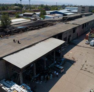 На складе бытовой техники на западе Бишкека произошел крупный пожар, который тушили более суток. Мы сняли с квадрокоптера, что осталось после происшествия.