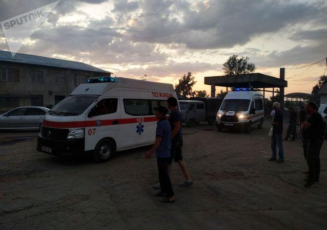 Карета скорой помощи на месте пожара на складе в восточной части Бишкека